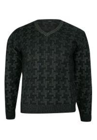 Czarny sweter na jesień, z dekoltem w serek