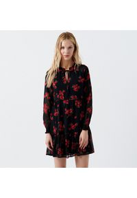 Cropp - Sukienka w kwiaty z falbaną - Czerwony. Kolor: czerwony. Wzór: kwiaty