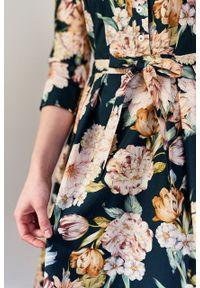 Marie Zélie - Sukienka Alodia Aurora butelkowa zieleń. Okazja: na co dzień. Materiał: materiał, bawełna, skóra, tkanina, elastan. Wzór: kwiaty. Sezon: wiosna. Typ sukienki: proste. Styl: casual