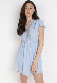 Born2be - Jasnoniebieska Sukienka Thonimelle. Okazja: na wesele, na ślub cywilny. Typ kołnierza: kołnierz z falbankami. Kolor: niebieski. Długość rękawa: krótki rękaw. Wzór: ażurowy, aplikacja. Typ sukienki: rozkloszowane. Długość: mini