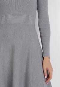 Born2be - Szara Sukienka Perreos. Kolor: szary. Materiał: dzianina, prążkowany. Długość rękawa: długi rękaw. Wzór: jednolity. Styl: klasyczny, elegancki. Długość: mini