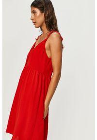 Czerwona sukienka ANSWEAR mini, na ramiączkach, wakacyjna, z okrągłym kołnierzem
