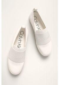 Białe tenisówki Calvin Klein na obcasie, na średnim obcasie, z cholewką