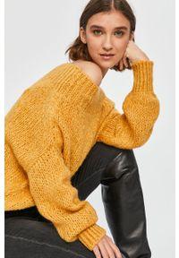 Żółty sweter Answear Lab z dekoltem typu hiszpanka, wakacyjny, z długim rękawem, na co dzień