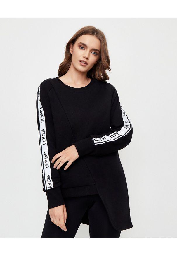 LA MANIA - Czarna bluza o asymetrycznym kroju Jari. Kolor: czarny. Materiał: dresówka, polar. Wzór: aplikacja