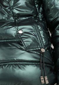 Born2be - Ciemnozielona Kurtka Adeina. Kolor: zielony. Materiał: tkanina. Długość rękawa: długi rękaw. Długość: długie. Wzór: aplikacja