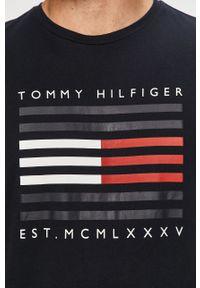 Niebieski t-shirt TOMMY HILFIGER na co dzień, z nadrukiem, z okrągłym kołnierzem