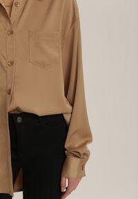 Renee - Beżowa Koszula Adradelia. Typ kołnierza: kolnierz wykładany. Kolor: beżowy. Materiał: tkanina, jeans. Długość rękawa: długi rękaw. Długość: długie. Wzór: gładki. Styl: elegancki