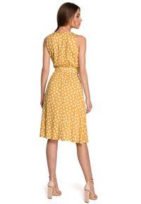 Style - Kopertowa sukienka midi w grochy z paskiem w talii żółta. Kolor: żółty. Wzór: grochy. Typ sukienki: kopertowe. Długość: midi