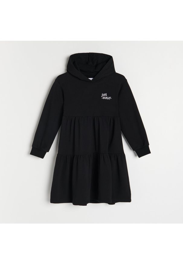 Reserved - Sukienka z kapturem - Czarny. Typ kołnierza: kaptur. Kolor: czarny