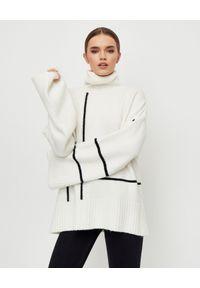MMC STUDIO - Biały sweter z golfem Plaid. Typ kołnierza: golf. Kolor: biały. Materiał: wełna, dzianina. Długość: długie. Wzór: paski. Sezon: jesień, zima