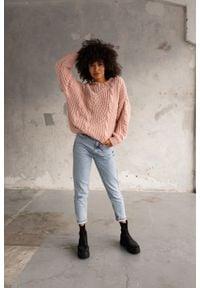 Gruby sweter z ozdobnym splotem w kolorze light pink BELFORT by Marsala. Materiał: jeans, wełna, akryl. Wzór: ze splotem. Sezon: zima, lato, jesień. Styl: street