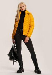 Renee - Żółta Kurtka Zelilopei. Okazja: na co dzień. Typ kołnierza: kołnierzyk stójkowy. Kolor: żółty. Materiał: tkanina, jeans. Długość: krótkie. Styl: casual