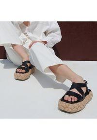 Reserved - Sandały na plecionej platformie - Czarny. Kolor: czarny. Obcas: na platformie