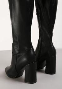 Renee - Czarne Kozaki Thelleira. Wysokość cholewki: za kolano. Nosek buta: szpiczasty. Zapięcie: zamek. Kolor: czarny. Materiał: dzianina. Szerokość cholewki: normalna. Obcas: na obcasie. Wysokość obcasa: wysoki