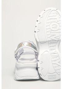 Białe sandały Tommy Jeans na średnim obcasie, gładkie