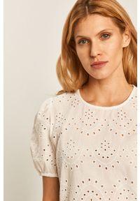 Biała bluzka Jacqueline de Yong casualowa, krótka, na co dzień, z krótkim rękawem