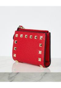 VALENTINO - Czerwony portfel Rockstud. Kolor: czerwony