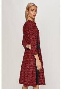 TOMMY HILFIGER - Tommy Hilfiger - Sukienka. Kolor: czerwony. Materiał: dzianina. Typ sukienki: rozkloszowane