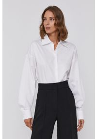Armani Exchange - Koszula bawełniana. Okazja: na co dzień. Typ kołnierza: kołnierzyk stójkowy. Kolor: biały. Materiał: bawełna. Długość rękawa: długi rękaw. Długość: długie. Wzór: gładki. Styl: casual