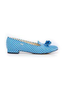 Zapato - baleriny z ostrym noskiem - skóra naturalna - model 045 - kolor niebieskie kwadraty. Nosek buta: czworokąt. Zapięcie: bez zapięcia. Kolor: niebieski. Materiał: skóra. Wzór: motyw zwierzęcy, kwiaty, kolorowy. Obcas: na obcasie. Styl: klasyczny. Wysokość obcasa: średni