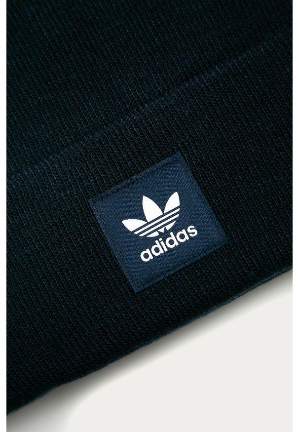 Niebieska czapka adidas Originals z aplikacjami