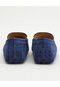 TOD'S - Granatowe mokasyny Gommino Driving. Kolor: niebieski. Materiał: zamsz, guma. Wzór: aplikacja. Sezon: lato