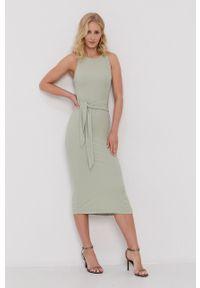 Guess - Sukienka. Kolor: zielony. Materiał: tkanina, jedwab, dzianina, materiał. Wzór: gładki. Typ sukienki: dopasowane