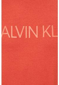 Czerwony t-shirt Calvin Klein na co dzień, casualowy, z okrągłym kołnierzem
