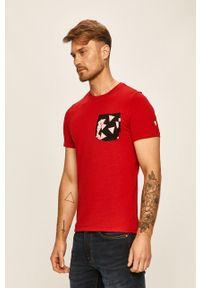 Czerwony t-shirt Guess Jeans casualowy, z nadrukiem, na co dzień