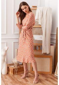 Style - Sukienka midi w groszki z kimonowymi rękawami łososiowa. Kolor: różowy. Wzór: grochy. Styl: klasyczny, elegancki. Długość: midi