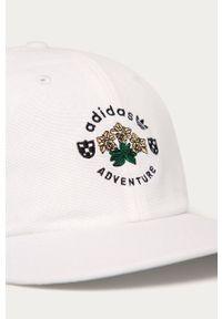 Biała czapka z daszkiem adidas Originals z aplikacjami