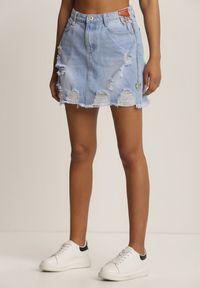 Renee - Jasnoniebieska Spódnica Rhaelirea. Stan: podwyższony. Kolor: niebieski. Materiał: jeans, denim. Wzór: aplikacja. Styl: rockowy