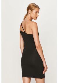 Czarna sukienka Reebok Classic z asymetrycznym kołnierzem, dopasowana, casualowa, na co dzień