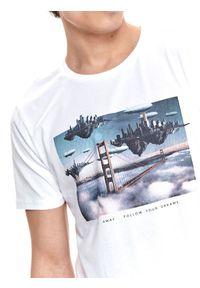 TOP SECRET - T-shirt z nadrukiem. Okazja: na co dzień. Kolor: biały. Materiał: tkanina, bawełna. Długość rękawa: krótki rękaw. Długość: krótkie. Wzór: nadruk. Sezon: lato. Styl: wakacyjny, casual
