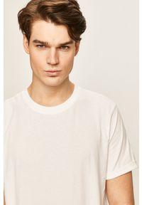 Calvin Klein Jeans - T-shirt. Okazja: na co dzień. Kolor: biały. Materiał: dzianina. Wzór: aplikacja. Styl: casual