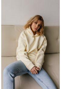 Marsala - Bluza z kapturem w kolorze VANILLA CREAM- CARDIFF BY MARSALA. Okazja: na co dzień. Typ kołnierza: kaptur. Materiał: bawełna, elastan. Styl: casual