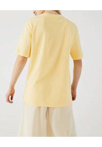 Lacoste - LACOSTE - Pastelowo-żółty t-shirt z efektem 3D logo. Okazja: na co dzień. Kolor: żółty. Materiał: bawełna, prążkowany, jersey, jeans. Wzór: aplikacja. Styl: casual