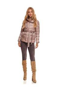TOP SECRET - Pikowana kurtka z wiązaniem. Typ kołnierza: kołnierzyk stójkowy. Kolor: różowy. Materiał: dzianina. Długość rękawa: długi rękaw. Długość: krótkie. Sezon: zima