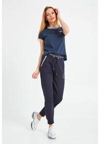 T-shirt z krótkim rękawem i klasyczną lamówką Aeronautica Militare. Kolor: niebieski. Materiał: bawełna. Długość rękawa: krótki rękaw. Długość: krótkie. Wzór: aplikacja. Styl: klasyczny