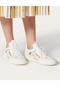 VALENTINO - Białe sneakersy ze złotym logo VL7N. Nosek buta: okrągły. Kolor: biały. Materiał: tkanina, guma. Obcas: na płaskiej podeszwie