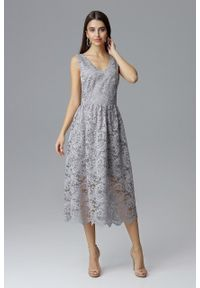 e-margeritka - Koronkowa sukienka wizytowa bez rękawów szara - s. Okazja: na sylwestra, na studniówkę, na wesele, na ślub cywilny, na imprezę. Kolor: szary. Materiał: koronka. Długość rękawa: bez rękawów. Wzór: koronka. Typ sukienki: kopertowe. Styl: wizytowy. Długość: midi