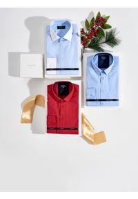 TOP SECRET - Koszula wizytowa o kroju slim. Kolor: czerwony. Materiał: jeans. Długość rękawa: długi rękaw. Długość: długie. Wzór: gładki. Sezon: lato, wiosna. Styl: wizytowy