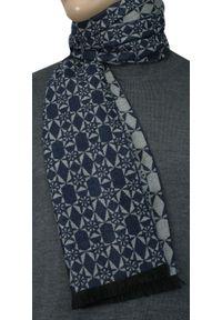 Niebieski szalik Adriano Guinari na jesień, w geometryczne wzory