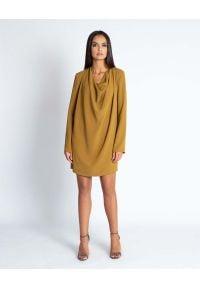 Dursi - Musztardowa Luźna Mini Sukienka z Dekoltem Typu Woda. Kolor: żółty. Materiał: poliester. Długość: mini