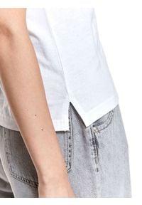 TOP SECRET - Bawełniany t-shirt z nadrukiem. Okazja: na co dzień, do pracy. Kolor: biały. Materiał: bawełna. Długość rękawa: krótki rękaw. Długość: krótkie. Wzór: nadruk. Sezon: wiosna. Styl: casual, klasyczny