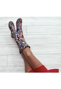 Zapato - kozaki - skóra naturalna - model 127 - kolor motyl. Wysokość cholewki: przed kolano. Nosek buta: okrągły. Zapięcie: zamek. Materiał: skóra. Szerokość cholewki: normalna. Wzór: moro, aplikacja. Sezon: lato, jesień, wiosna, zima. Styl: sportowy, klasyczny, militarny