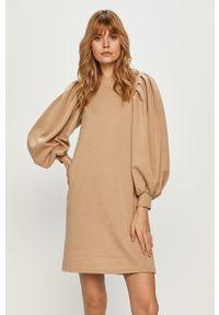 Vero Moda - Sukienka. Kolor: beżowy. Materiał: dzianina, poliester. Długość rękawa: długi rękaw