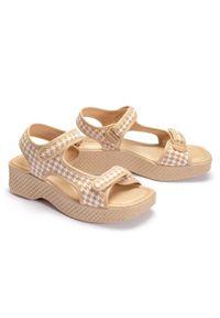 Beżowe sandały Azaleia na rzepy, w paski