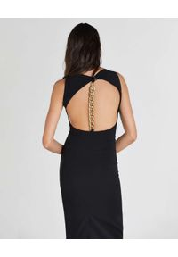Patrizia Pepe - PATRIZIA PEPE - Czarna sukienka z łańcuchem na plecach. Kolor: czarny. Materiał: materiał. Typ sukienki: dopasowane